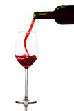 El vino rojo se vierte en un vidrio de vino foto de archivo libre de regalías