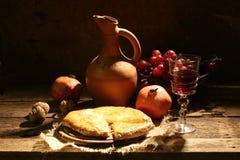 El vino rojo sometió con la fruta, nueces y una empanada del queso Imagen de archivo