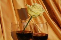 El vino rojo y el blanco se levantaron Imágenes de archivo libres de regalías
