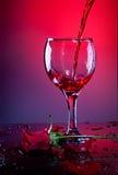 El vino rojo y el rojo se levantaron fotos de archivo