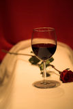 El vino rojo y se levantó Foto de archivo libre de regalías