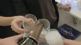 El vino se vierte en los vidrios celebración almacen de metraje de vídeo