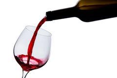 El vino se vierte en un vidrio Fotos de archivo libres de regalías