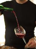El vino se vierte en un vidrio Foto de archivo libre de regalías