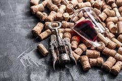 El vino tapa el contexto del fondo y la copa de vino del fondo con corcho foto de archivo libre de regalías