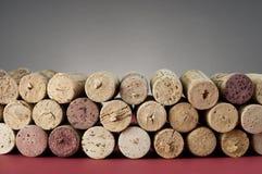 El vino tapa el primer con corcho. Imagen de archivo libre de regalías