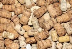 El vino tapa el fondo con corcho editorial con las fechas y los descensos del vino el 18 de febrero de 2017 en Kiev, Ucrania Imágenes de archivo libres de regalías
