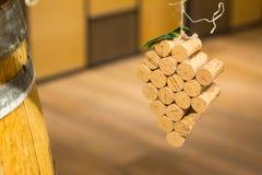 El vino tapa forma de la uva con corcho en fondo de madera Visión superior con el espacio de la copia para el texto imágenes de archivo libres de regalías