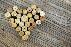 El vino tapa la forma con corcho una imagen de la forma del corazón en el tablero de madera Foto de archivo libre de regalías