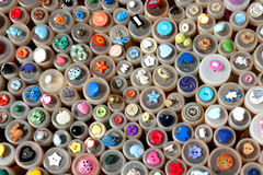 El vintage abotona en un mercado de pulgas, Francia Imágenes de archivo libres de regalías