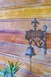 El vintage adornó Bell en la pared de madera Imagenes de archivo