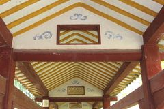 El vintage adornó el techo de madera en una galería vieja en China Fotos de archivo