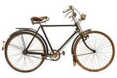 El vintage aherrumbró bicicleta aislada en blanco Imágenes de archivo libres de regalías