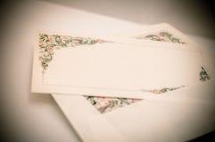 El vintage artístico corrige de una tarjeta de letra con y de un envelo adornados Foto de archivo