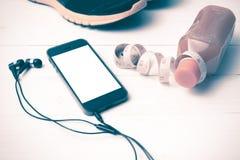 El vintage de las zapatillas deportivas, del zumo de naranja, de la cinta métrica y del teléfono entona Imagen de archivo libre de regalías