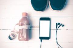 El vintage de las zapatillas deportivas, del zumo de naranja, de la cinta métrica y del teléfono entona Fotos de archivo