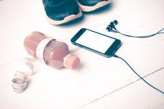El vintage de las zapatillas deportivas, del zumo de naranja, de la cinta métrica y del teléfono entona Imagen de archivo