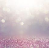 El vintage del brillo enciende el fondo rosa, blanco y púrpura defocused imagenes de archivo