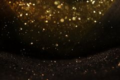 El vintage del brillo enciende el fondo Negro y oro de-enfocado foto de archivo libre de regalías