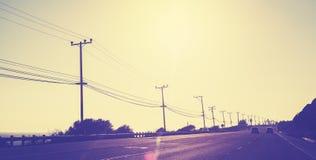 El vintage entonó la carretera en la puesta del sol Imagen de archivo