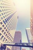 El vintage entonó la foto de los rascacielos céntricos de Denver contra el sol Imágenes de archivo libres de regalías