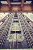El vintage entonó la imagen de una construcción de puente movible Imagenes de archivo