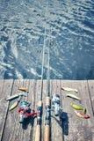 El vintage entonó la imagen del equipo de pesca en un embarcadero de madera Imágenes de archivo libres de regalías