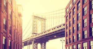 El vintage estilizó el puente de Manhattan considerado de Dumbo, Nueva York Fotos de archivo libres de regalías