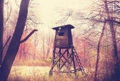 El vintage filtró la foto del púlpito de la caza en bosque Fotos de archivo