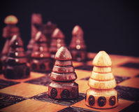 El vintage filtró la imagen del ajedrez, uno contra todo el concepto Foto de archivo libre de regalías
