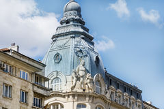 El vintage hermoso adornó el tejado de un edificio viejo hermoso en Sofía, Bulgaria Foto de archivo libre de regalías