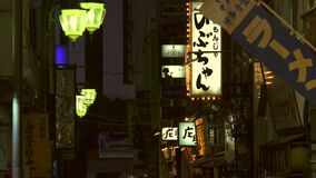 El vintage iluminado firma adentro un pasillo en Tokio almacen de video