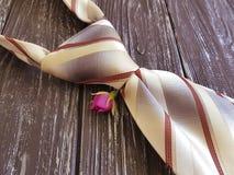 El vintage masculino en un fondo de madera, flor del lazo subió Imágenes de archivo libres de regalías