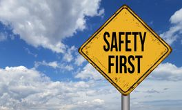 El vintage metálico de la seguridad primero firma encima el cielo azul Imagen de archivo