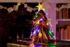 El vintage reserva el árbol de navidad, la cadena del copo de nieve y el fuego abierto imágenes de archivo libres de regalías