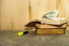 El vintage reserva en la tabla de piedra contra fondo de madera Imagenes de archivo