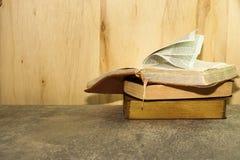 El vintage reserva en la tabla de piedra contra fondo de madera Foto de archivo