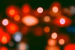 El vintage rojo del brillo enciende el fondo luces de calle festivas, blured defocused, abstractas imagenes de archivo