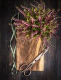 El vintage scissors con las flores de la cinta y del otoño en fondo de madera rústico fotos de archivo