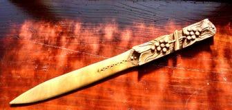El vintage talló el cuchillo de papel de madera foto de archivo