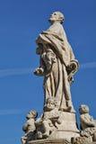 El vintage talló la estatua de piedra gris en el fondo del cielo azul Imagen de archivo