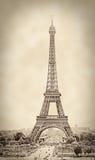 El vintage tiró de la torre Eiffel, en sepia, París, Francia Imagenes de archivo