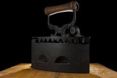 El vintage viste el hierro de carbón de leña Fotografía de archivo