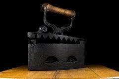 El vintage viste el hierro de carbón de leña Fotos de archivo libres de regalías