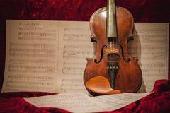 El violín cubre la cuenta de seda roja Imagen de archivo
