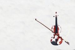 El violín en la playa arenosa blanca por el mar Foto de archivo