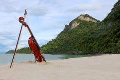 El violín en la playa arenosa blanca por el mar Foto de archivo libre de regalías