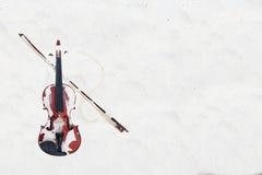 El violín en la playa arenosa blanca por el mar Imagen de archivo libre de regalías