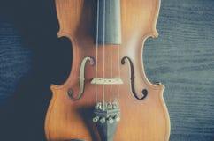 El violín en la tabla oscura, instrumento musical clásico usado adentro fotografía de archivo libre de regalías