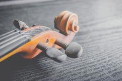 El violín en la tabla oscura, instrumento musical clásico usado adentro fotos de archivo libres de regalías
